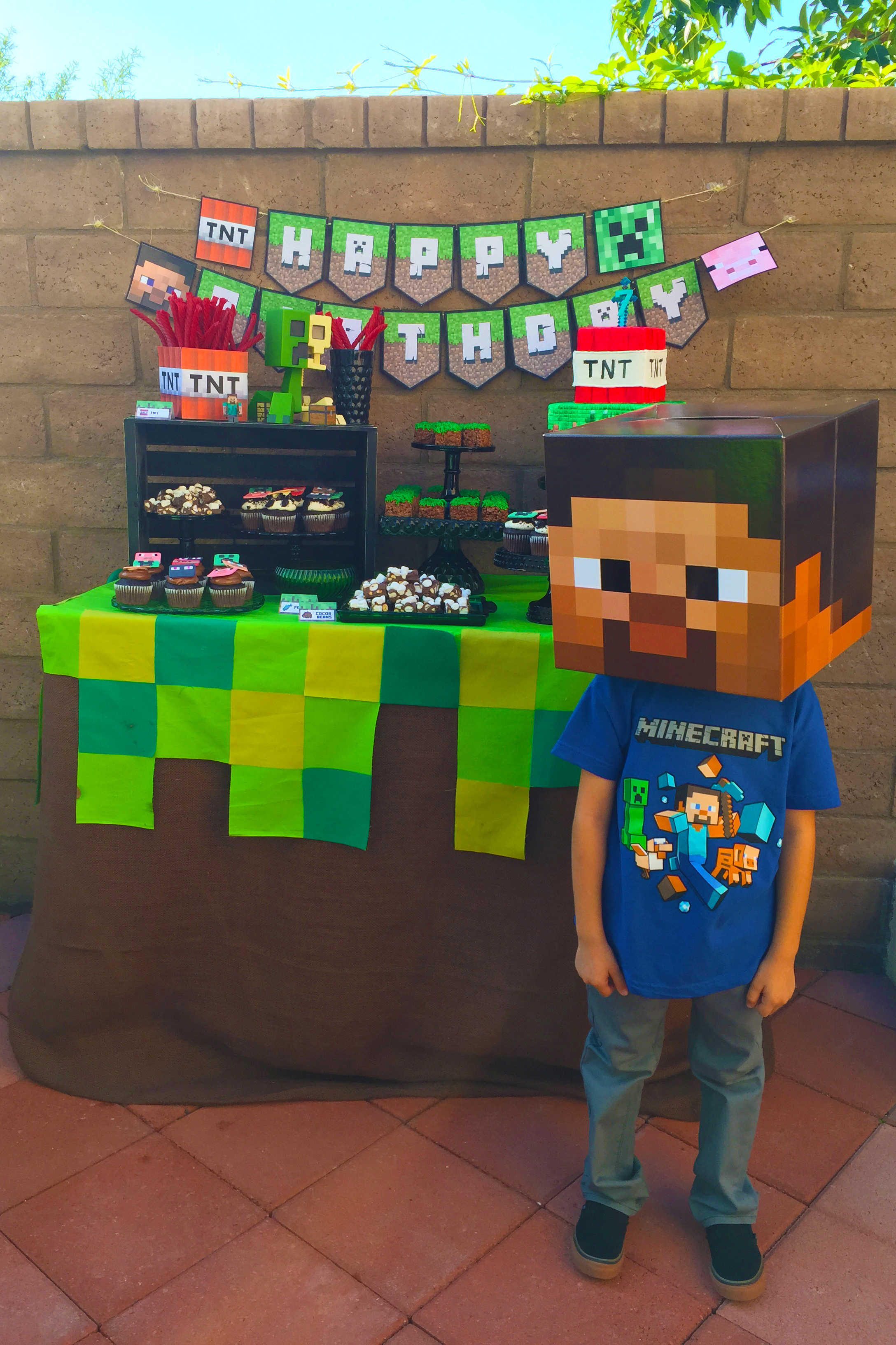 Easy minecraft dessert table by minted and vintage for Minecraft coffee table